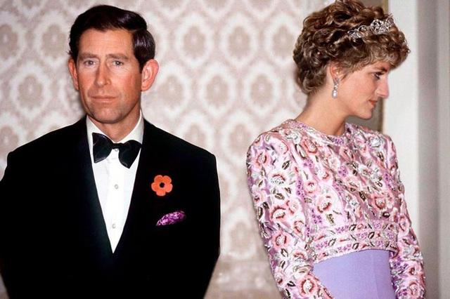 Sự thật về bức ảnh phơi bày cho toàn thế giới biết cuộc hôn nhân đã chết của Công nương Diana: Gần ngay trước mắt mà xa tận chân trời - Ảnh 1.