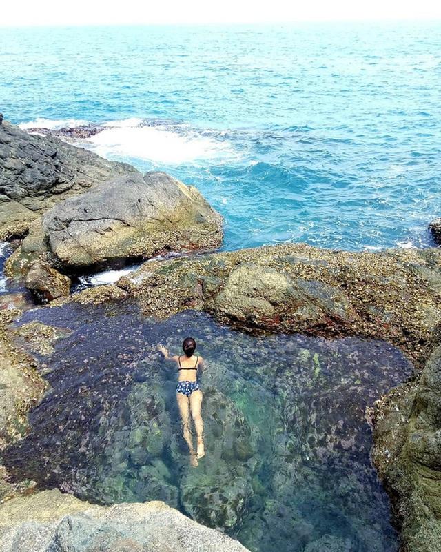 """Ngay tại Việt Nam cũng có 3 """"hồ bơi giữa biển"""" đẹp y hệt nước ngoài, hoang sơ đến nỗi rất hiếm du khách biết đến - Ảnh 1."""