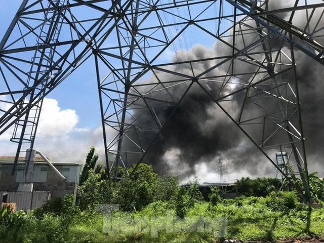 Công ty gỗ rộng 5.000m2 ở Bình Dương chìm trong biển lửa - Ảnh 1.