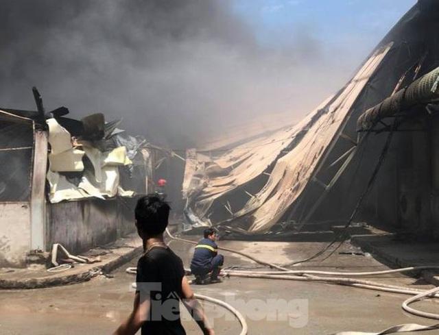 Công ty gỗ rộng 5.000m2 ở Bình Dương chìm trong biển lửa - Ảnh 2.