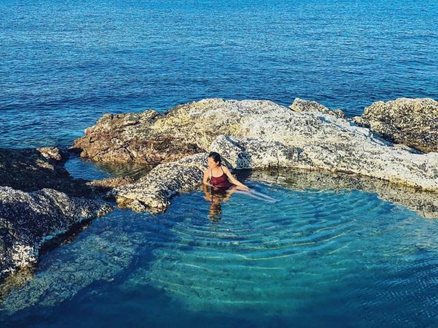 """Ngay tại Việt Nam cũng có 3 """"hồ bơi giữa biển"""" đẹp y hệt nước ngoài, hoang sơ đến nỗi rất hiếm du khách biết đến - Ảnh 14."""