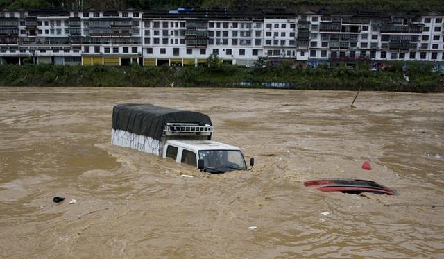 Mưa rơi như trút, lũ lụt kinh hoàng: Hé lộ thứ tiếp tay cho thảm họa thiên nhiên tại TQ - Ảnh 1.