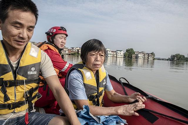COVID-19 vừa ngớt, lũ lụt lại tấn công; người sống gần hồ Bà Dương (TQ) bức xúc vì con đê đậu phụ - Ảnh 1.