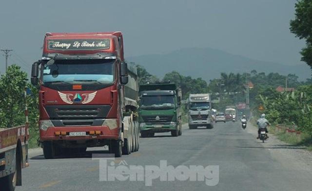 Hàng loạt xe tải hổ vồ vượt chốt CSGT vùng ven phía Tây Hà Nội - Ảnh 1.