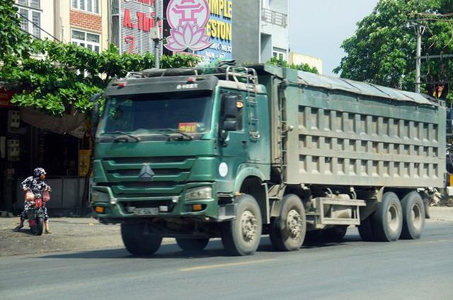 Hàng loạt xe tải hổ vồ vượt chốt CSGT vùng ven phía Tây Hà Nội - Ảnh 2.