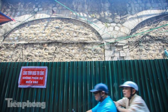 Bắt đầu đục thông tiếp 5 vòm cầu đá 'trăm tuổi' trên phố Phùng Hưng - Ảnh 1.