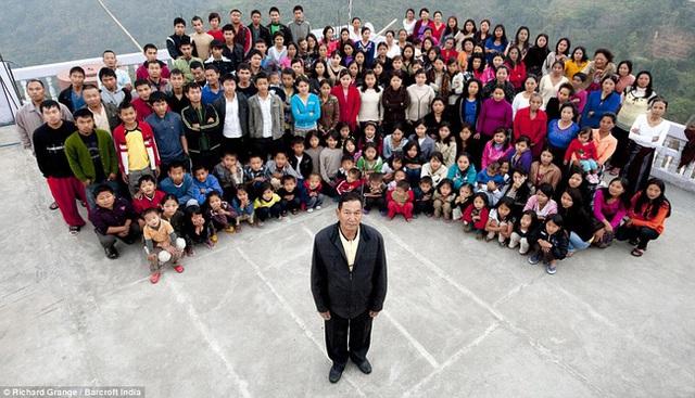 Cuộc sống bên trong căn nhà 100 phòng của cụ ông lấy 39 vợ: Đại gia đình ăn 30 con gà, 60kg khoai tây và 1 tạ gạo một buổi tối - Ảnh 1.