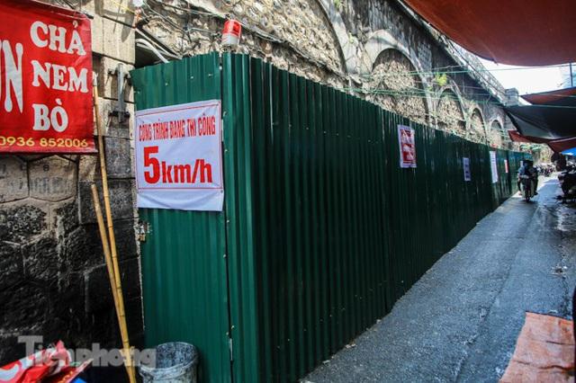 Bắt đầu đục thông tiếp 5 vòm cầu đá 'trăm tuổi' trên phố Phùng Hưng - Ảnh 12.