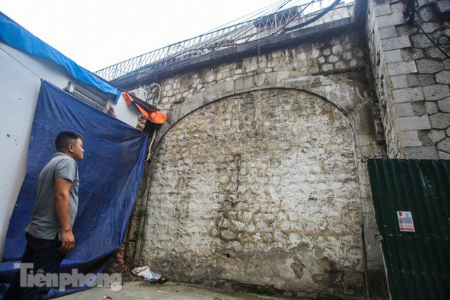 Bắt đầu đục thông tiếp 5 vòm cầu đá 'trăm tuổi' trên phố Phùng Hưng - Ảnh 13.