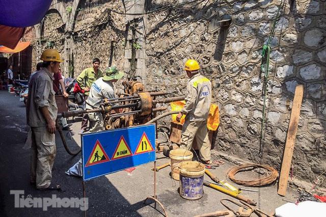 Bắt đầu đục thông tiếp 5 vòm cầu đá 'trăm tuổi' trên phố Phùng Hưng - Ảnh 14.