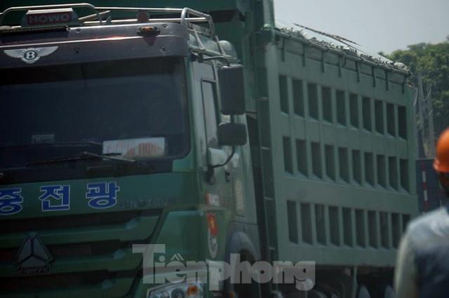 Hàng loạt xe tải hổ vồ vượt chốt CSGT vùng ven phía Tây Hà Nội - Ảnh 3.