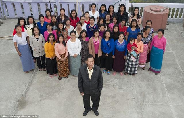 Cuộc sống bên trong căn nhà 100 phòng của cụ ông lấy 39 vợ: Đại gia đình ăn 30 con gà, 60kg khoai tây và 1 tạ gạo một buổi tối - Ảnh 3.