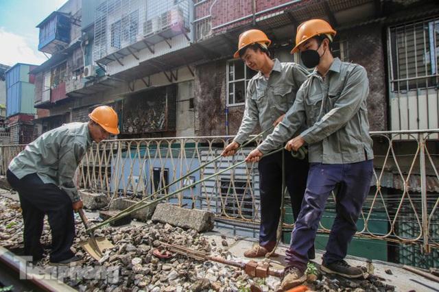 Bắt đầu đục thông tiếp 5 vòm cầu đá 'trăm tuổi' trên phố Phùng Hưng - Ảnh 4.