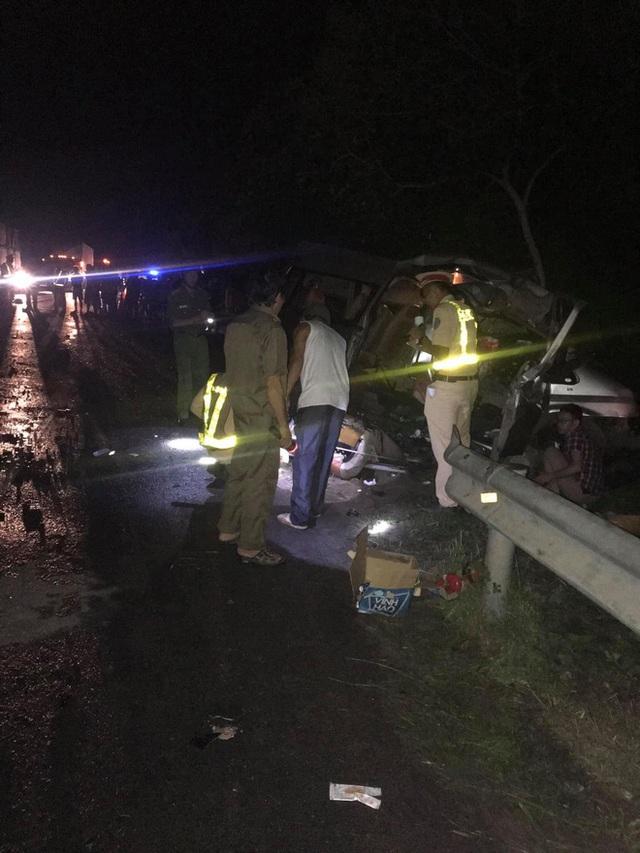 Hiện trường kinh hoàng vụ tai nạn giữa ô tô 16 chỗ và xe tải khiến 8 người tử vong lúc rạng sáng - Ảnh 5.