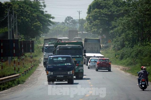 Hàng loạt xe tải hổ vồ vượt chốt CSGT vùng ven phía Tây Hà Nội - Ảnh 5.