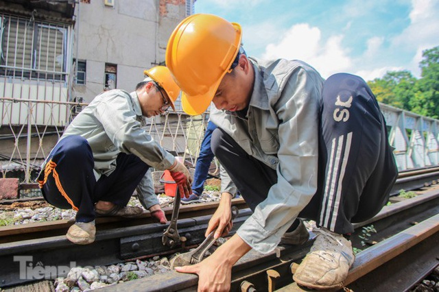 Bắt đầu đục thông tiếp 5 vòm cầu đá 'trăm tuổi' trên phố Phùng Hưng - Ảnh 6.