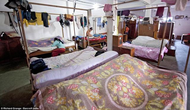 Cuộc sống bên trong căn nhà 100 phòng của cụ ông lấy 39 vợ: Đại gia đình ăn 30 con gà, 60kg khoai tây và 1 tạ gạo một buổi tối - Ảnh 6.