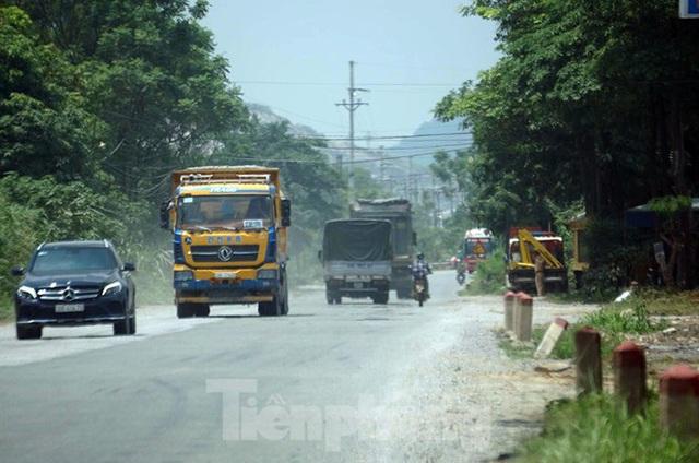 Hàng loạt xe tải hổ vồ vượt chốt CSGT vùng ven phía Tây Hà Nội - Ảnh 7.