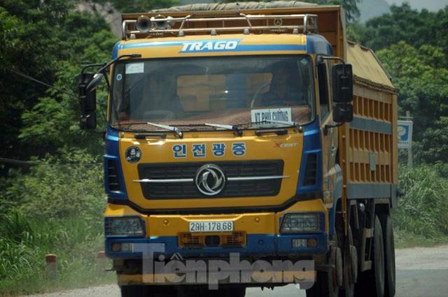 Hàng loạt xe tải hổ vồ vượt chốt CSGT vùng ven phía Tây Hà Nội - Ảnh 8.