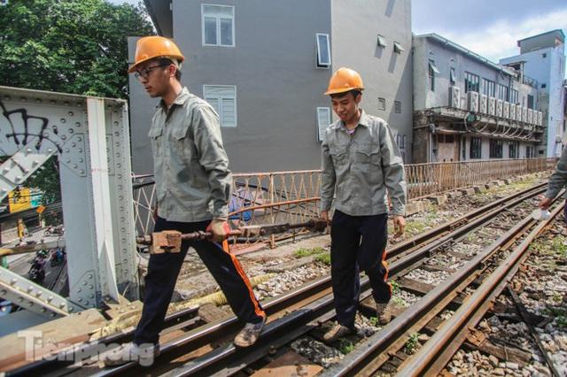 Bắt đầu đục thông tiếp 5 vòm cầu đá 'trăm tuổi' trên phố Phùng Hưng - Ảnh 8.