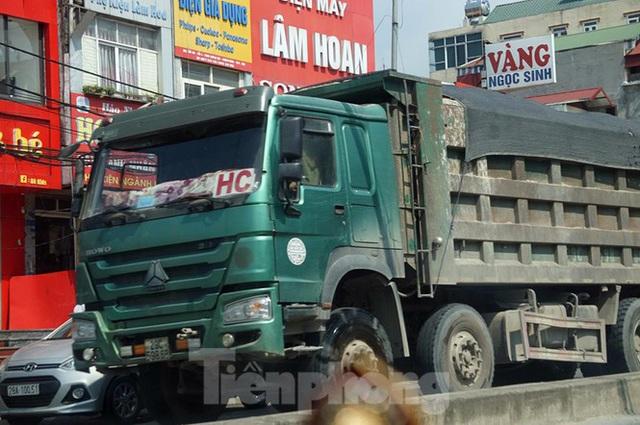 Hàng loạt xe tải hổ vồ vượt chốt CSGT vùng ven phía Tây Hà Nội - Ảnh 9.