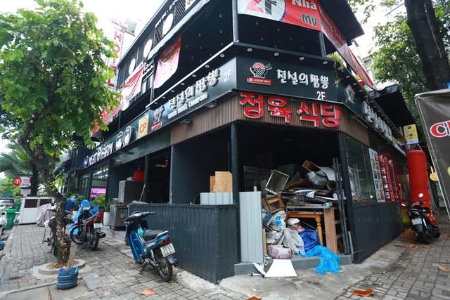 Phố Hàn Quốc ở Sài Gòn cửa đóng then cài, đìu hiu, xơ xác đến khó tin - Ảnh 1.