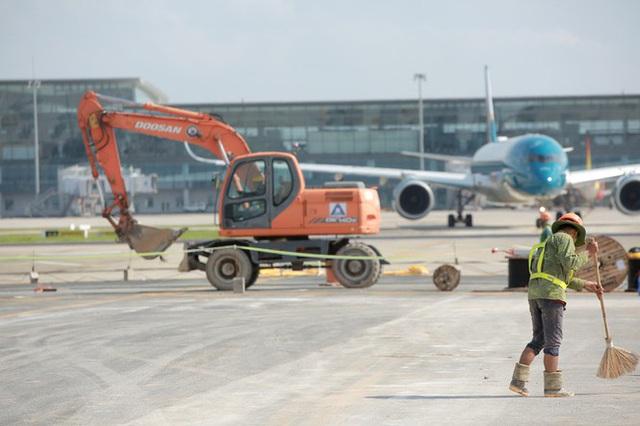 Đại công trường hơn 2000 tỷ cải tạo đường băng sân bay Quốc tế Nội Bài - Ảnh 1.