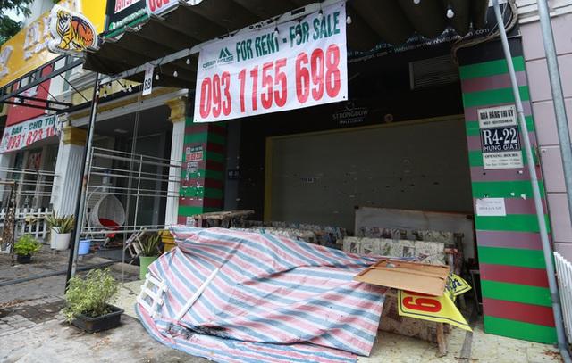 Phố Hàn Quốc ở Sài Gòn cửa đóng then cài, đìu hiu, xơ xác đến khó tin - Ảnh 13.