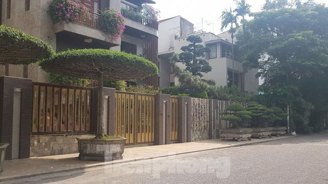 Cận cảnh biệt thự đô thị mẫu Hà Nội đua nhau thay cây xanh, lát vỉa hè sai quy hoạch - Ảnh 16.