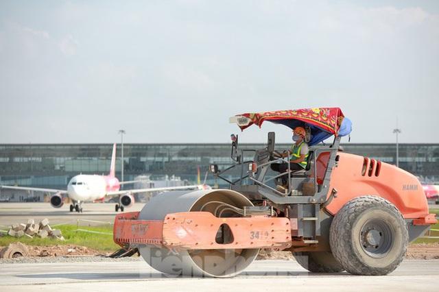 Đại công trường hơn 2000 tỷ cải tạo đường băng sân bay Quốc tế Nội Bài - Ảnh 16.
