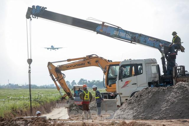 Đại công trường hơn 2000 tỷ cải tạo đường băng sân bay Quốc tế Nội Bài - Ảnh 17.