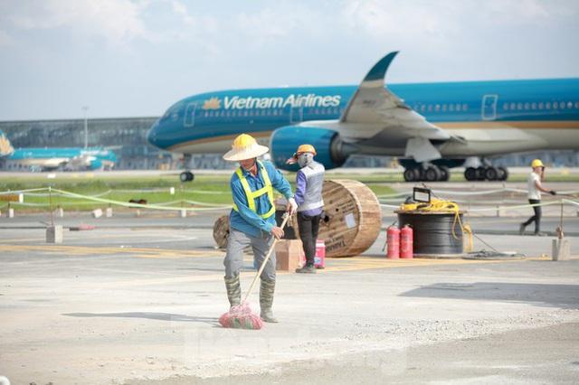 Đại công trường hơn 2000 tỷ cải tạo đường băng sân bay Quốc tế Nội Bài - Ảnh 5.