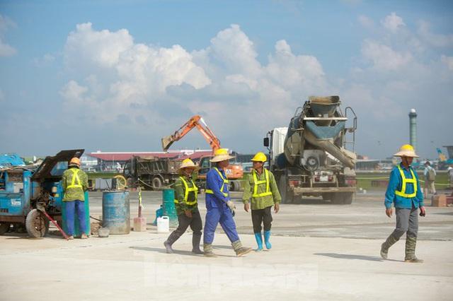 Đại công trường hơn 2000 tỷ cải tạo đường băng sân bay Quốc tế Nội Bài - Ảnh 7.
