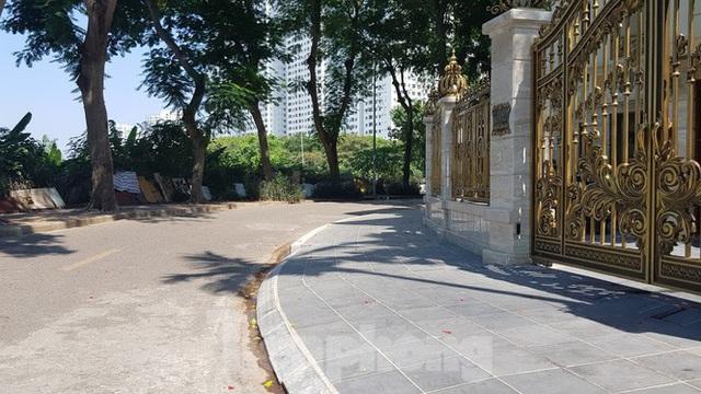 Cận cảnh biệt thự đô thị mẫu Hà Nội đua nhau thay cây xanh, lát vỉa hè sai quy hoạch - Ảnh 8.