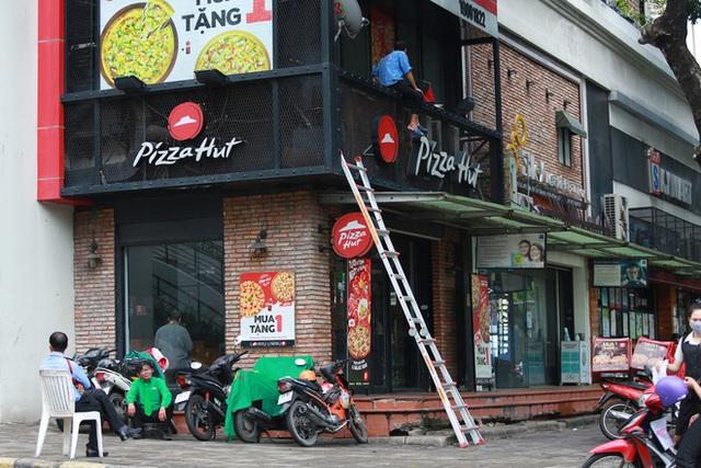 Phố Hàn Quốc ở Sài Gòn cửa đóng then cài, đìu hiu, xơ xác đến khó tin - Ảnh 10.