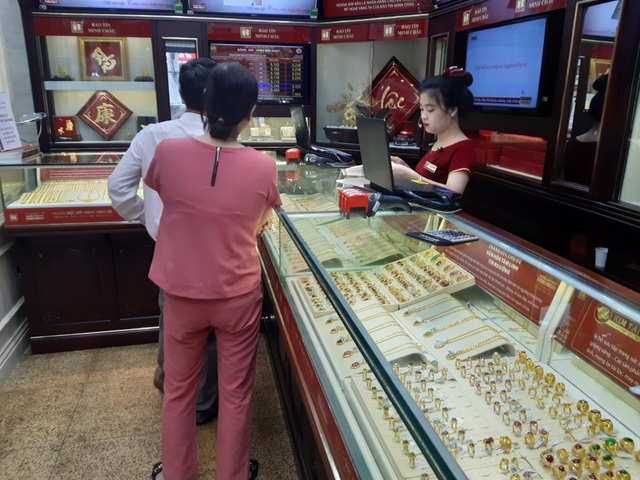 Tiệm vàng tấp nập, khách xếp hàng dài chờ giao dịch trong ngày giá vàng lập kỷ lục 53,6 triệu đồng/lượng - Ảnh 6.