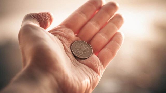 Nghèo đến nỗi phải nghỉ học, chàng trai trẻ không ngờ đổi đời sau khi nhặt được 1 đồng xu cũ kỹ - Ảnh 1.