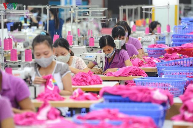 Khó khăn chồng chất khiến xuất khẩu dệt may sụt giảm mạnh - Ảnh 1.