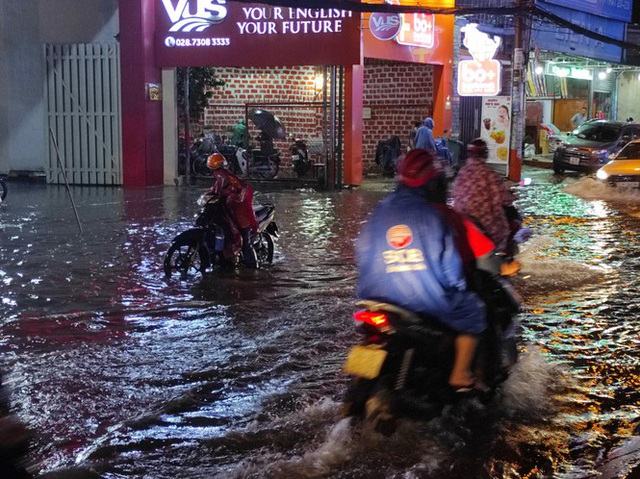 Cửa ngõ Sài Gòn chìm trong biển nước sau cơn mưa lớn - Ảnh 1.