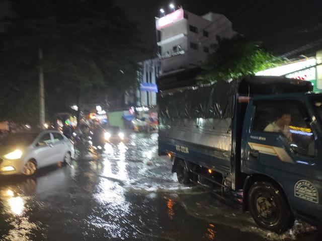Cửa ngõ Sài Gòn chìm trong biển nước sau cơn mưa lớn - Ảnh 2.