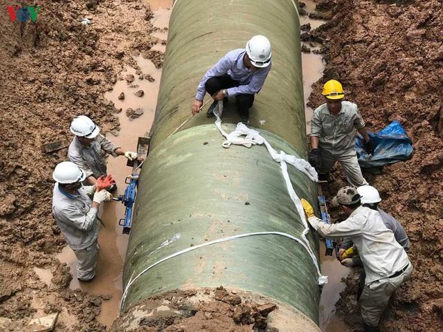 Đường ống nước sạch sông Đà lại xảy ra sự cố đoạn qua Đại lộ Thăng Long - Ảnh 1.