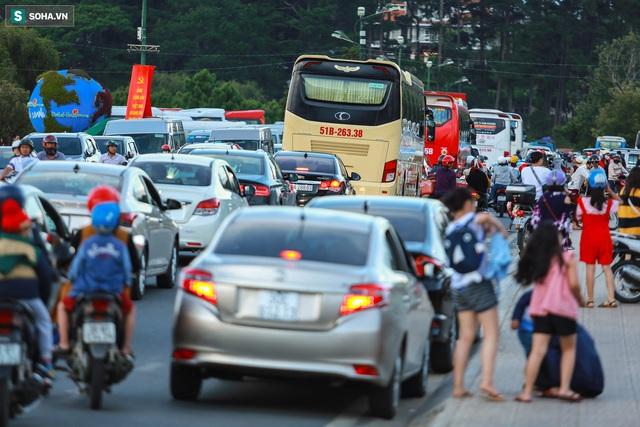 [Ảnh] Kẹt xe, ùn tắc khắp nơi ở Đà Lạt dịp cuối tuần - Ảnh 2.