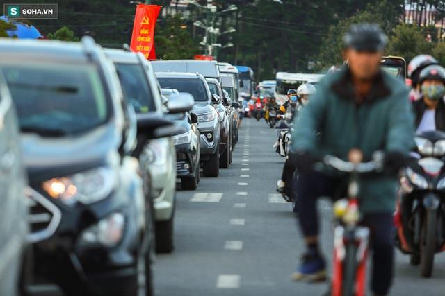 [Ảnh] Kẹt xe, ùn tắc khắp nơi ở Đà Lạt dịp cuối tuần - Ảnh 11.