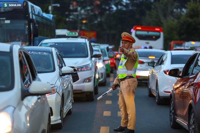 [Ảnh] Kẹt xe, ùn tắc khắp nơi ở Đà Lạt dịp cuối tuần - Ảnh 12.