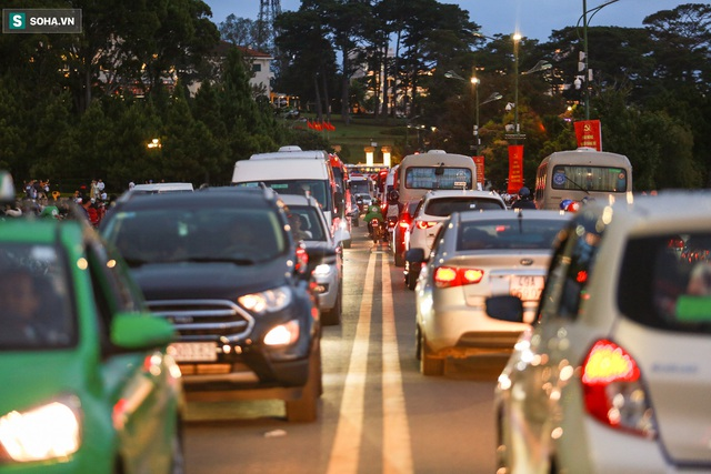 [Ảnh] Kẹt xe, ùn tắc khắp nơi ở Đà Lạt dịp cuối tuần - Ảnh 13.