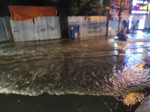 Cửa ngõ Sài Gòn chìm trong biển nước sau cơn mưa lớn - Ảnh 3.