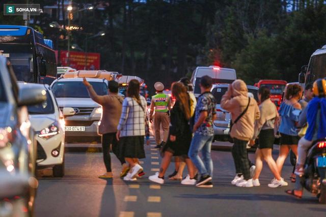 [Ảnh] Kẹt xe, ùn tắc khắp nơi ở Đà Lạt dịp cuối tuần - Ảnh 9.