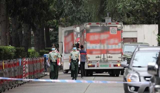 Thành Đô: Hàng ngàn người đổ xô đến xem Lãnh sự quán Mỹ đóng cửa, cho rằng TQ trả đũa hợp lý - Ảnh 1.