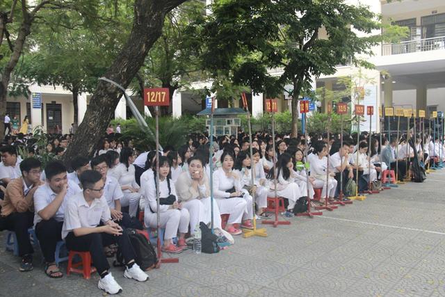 Toàn bộ học sinh Đà Nẵng thi tốt nghiệp THPT được rà soát sức khỏe, sẵn sàng bàn ghế giãn cách - Ảnh 1.
