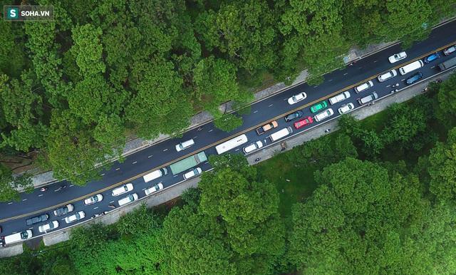 Cửa ngõ Đà Lạt ùn tắc kéo dài, hàng trăm ôtô nhúc nhích từng chút trong cơn mưa chiều - Ảnh 13.
